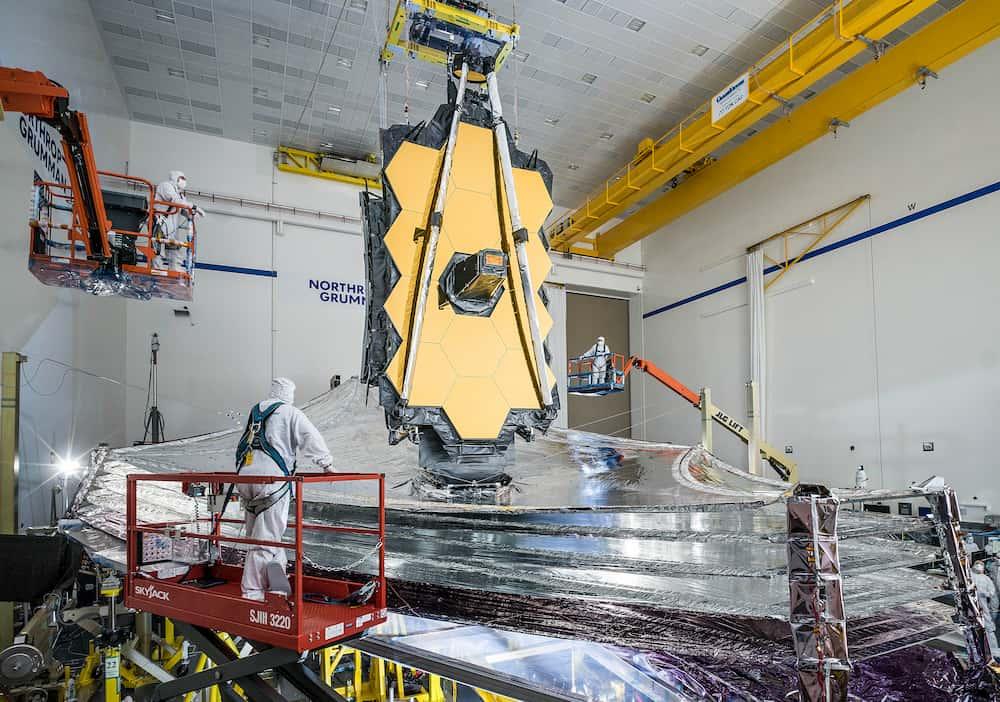 El Telescopio Espacial James Webb con su parasol desplegado – NASA/Chris Gunn