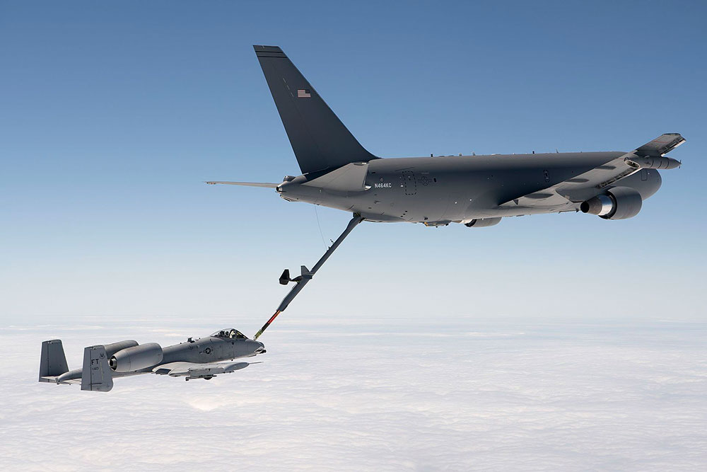 Un KC-46 repostando un A10 - USAF