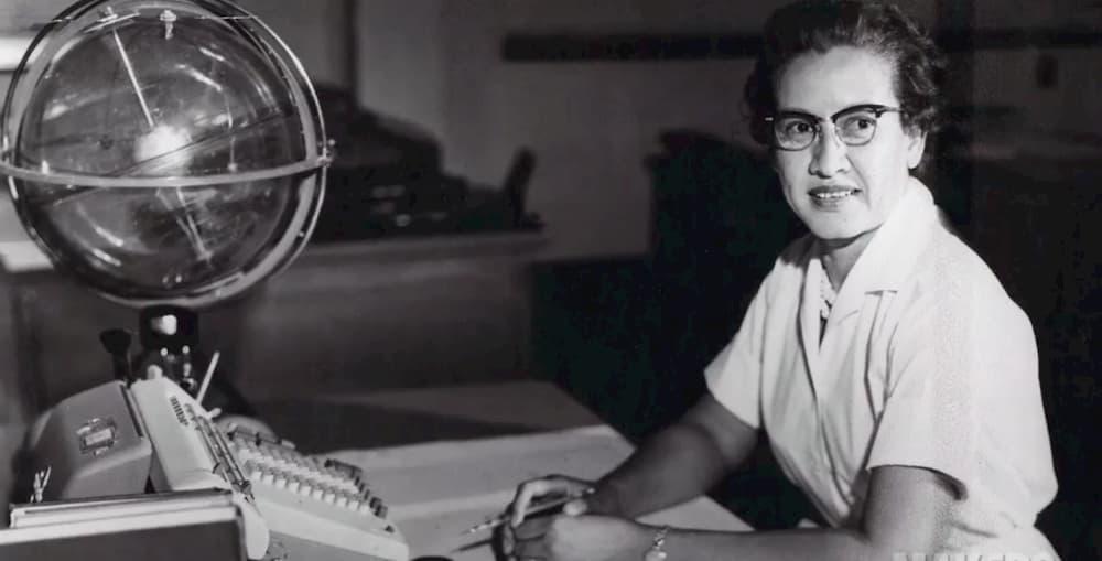 Katherine Johnson en su mesa del Centro de Investigación de Langley - NASA
