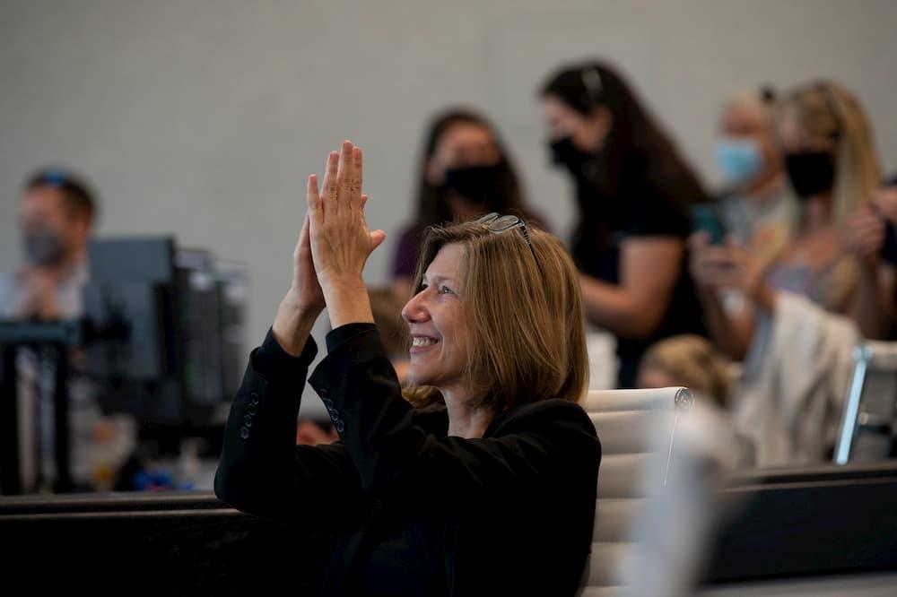 Kathy Lueders celebra la apertura de escotillas entre la Crew Dragon Endeavour y la EEI – NASA/Joel Kowsky