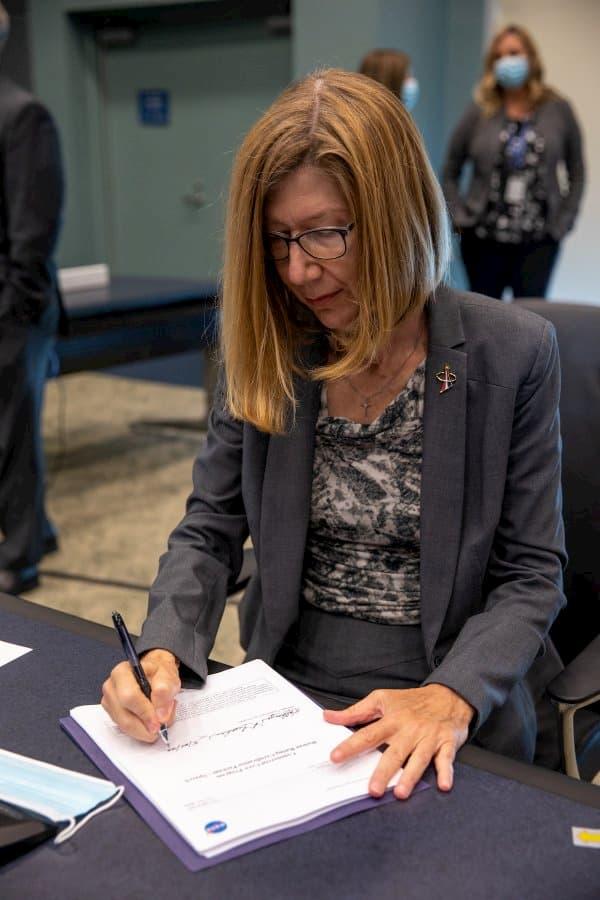 Kathy Lueders en el momento de la firma – NASA