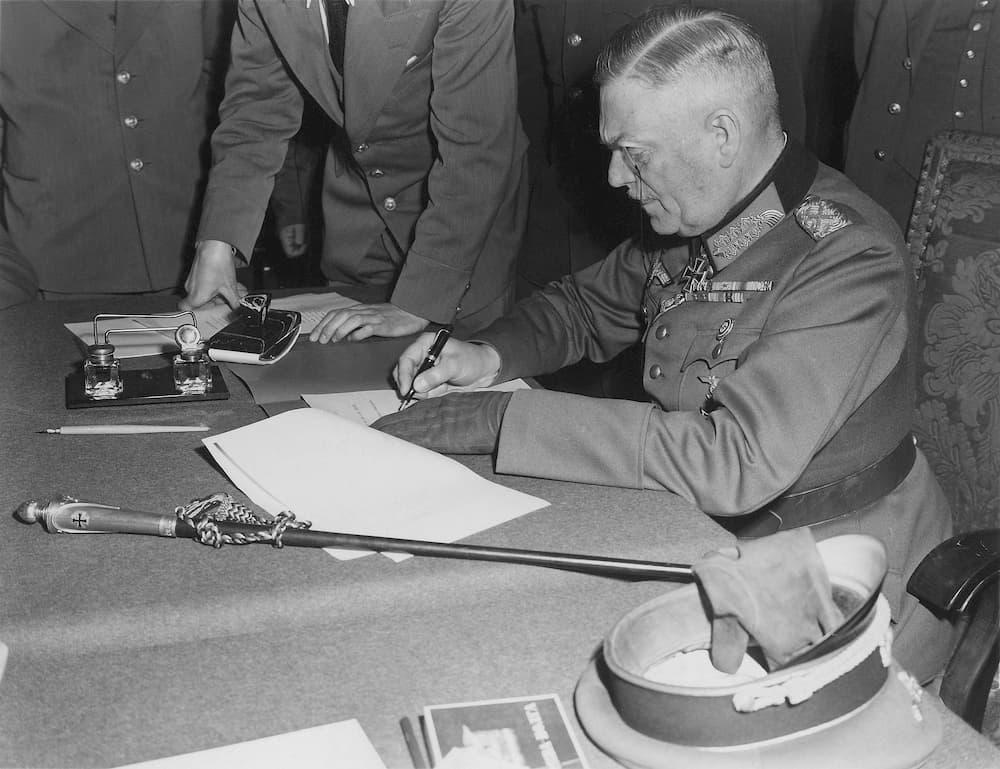 Wilhelm Keitel firmando la rendición el 8 de mayo de 1945