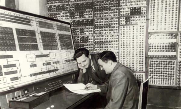 L. N. Dashevsky y S. B. Pogrebinsky frente a la consola del MESM