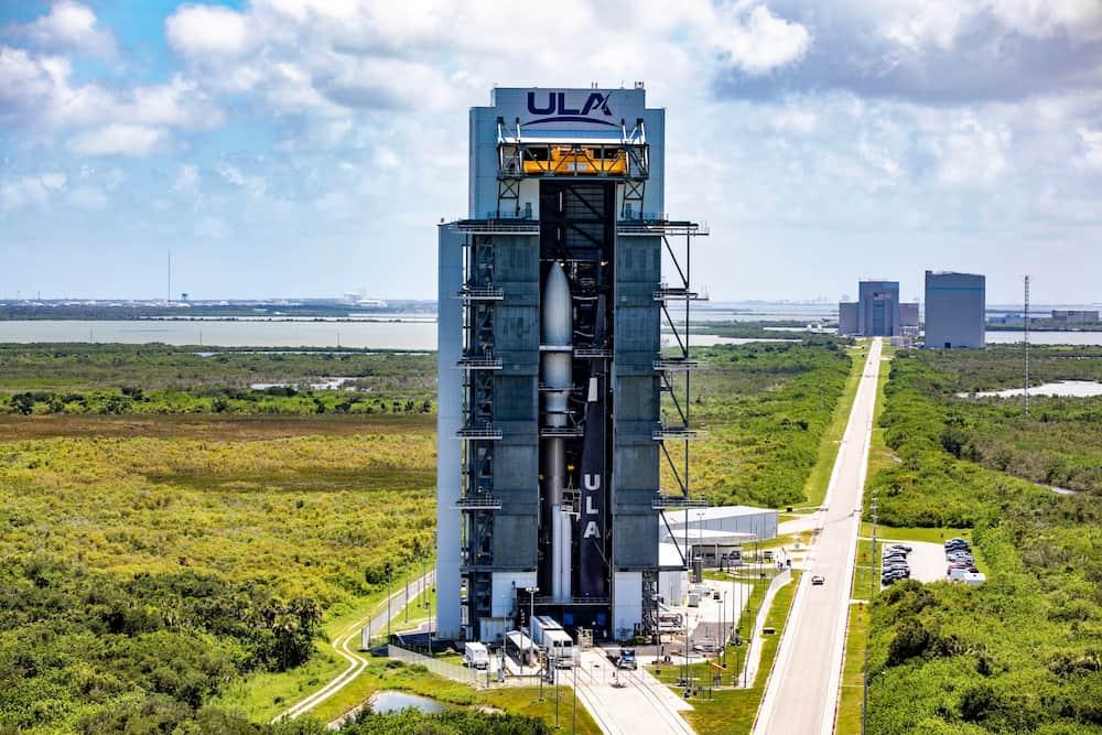 El cohete dentro del edificio de ensamblado - ULA