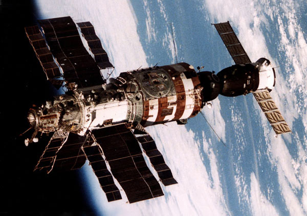 La Saliut 7 ya reparada vista desde la Soyuz T-13 a su partida – Roscosmos