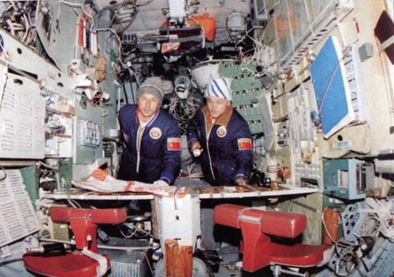 Dzhanibekov y Savinykh en el interior de la Saliut 7 – Roscosmos