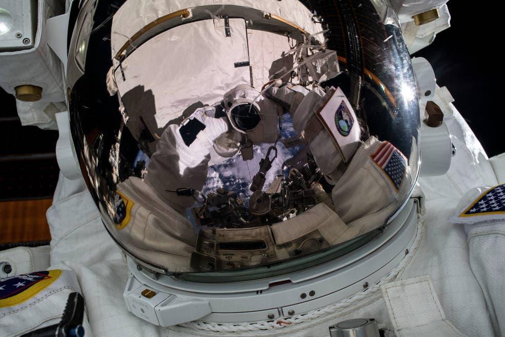 Selfie de un astronauta durante un paseo espacial – NASA