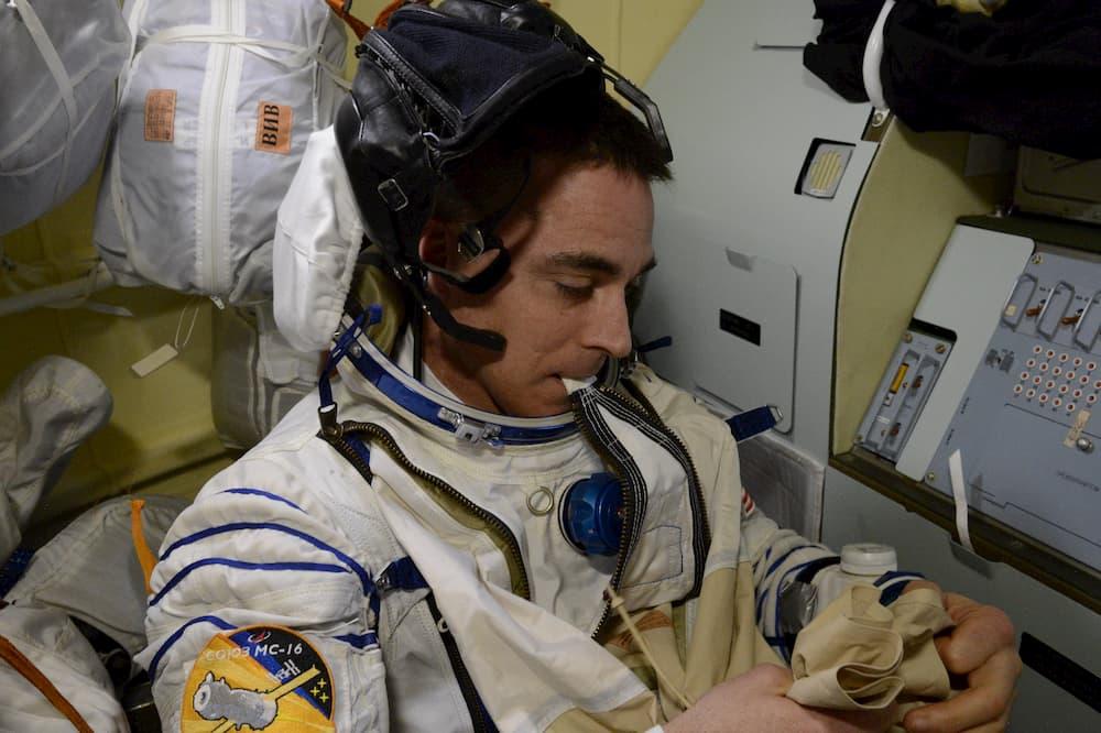 Cassidy poniéndose el traje espacial antes de cerrar escotillas - NASA/Chris Cassidy