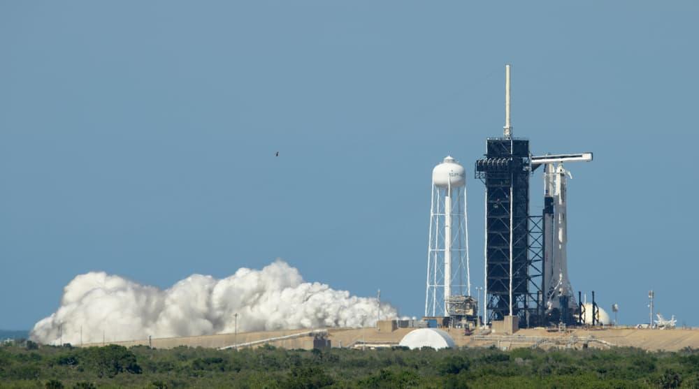 El cohete de la primera Crew Dragon tripulada pasa su prueba de encendido