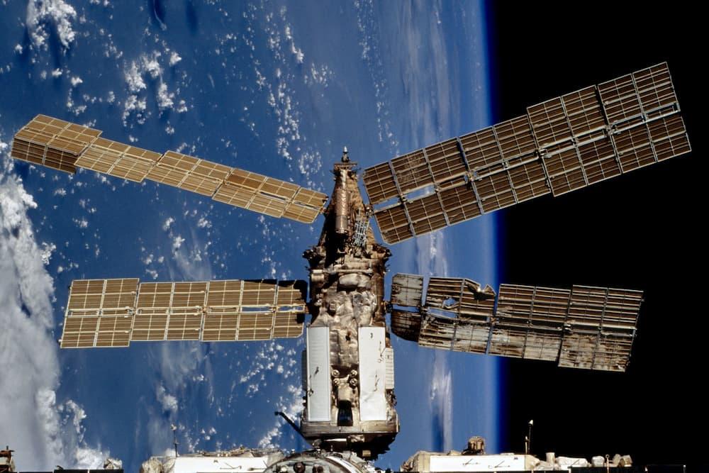 Spektr meses después de la colisión - NASA