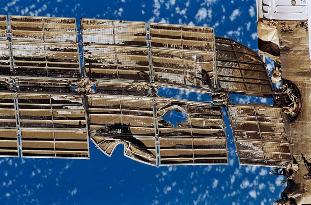 Detalle de uno de los paneles solares dañados - NASA