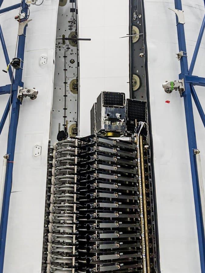 Los tres SkySat encima de la pila de satélites Starlink – Planet Labs