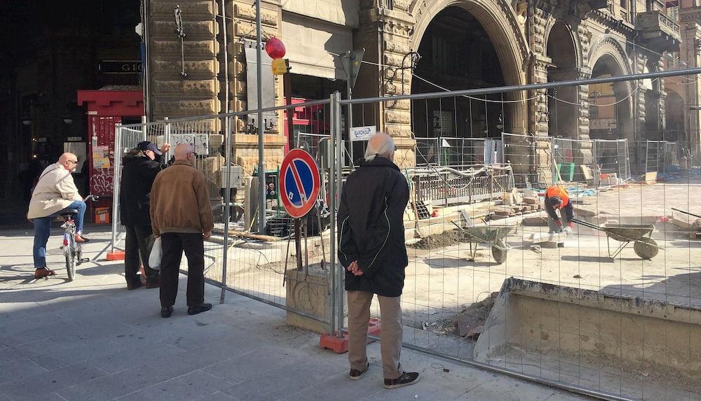 Umarells en Piazza Maggiore, Bologna (CC) Wittylama @ Wikimedia