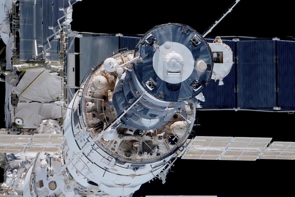 Zvezda con una cápsula acoplada en su puero posterior - Roscosmos