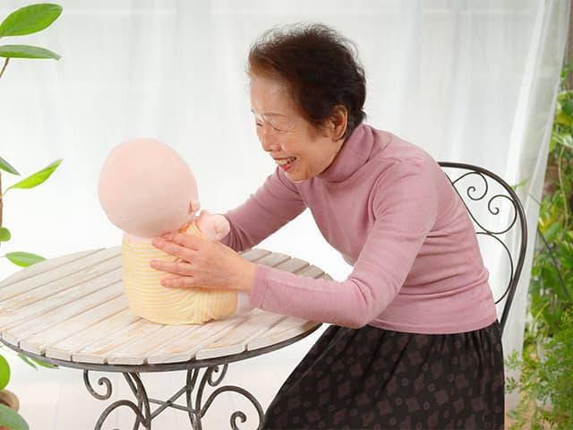 Hiro, el inquietante muñeco bebé sin rostro / VStone