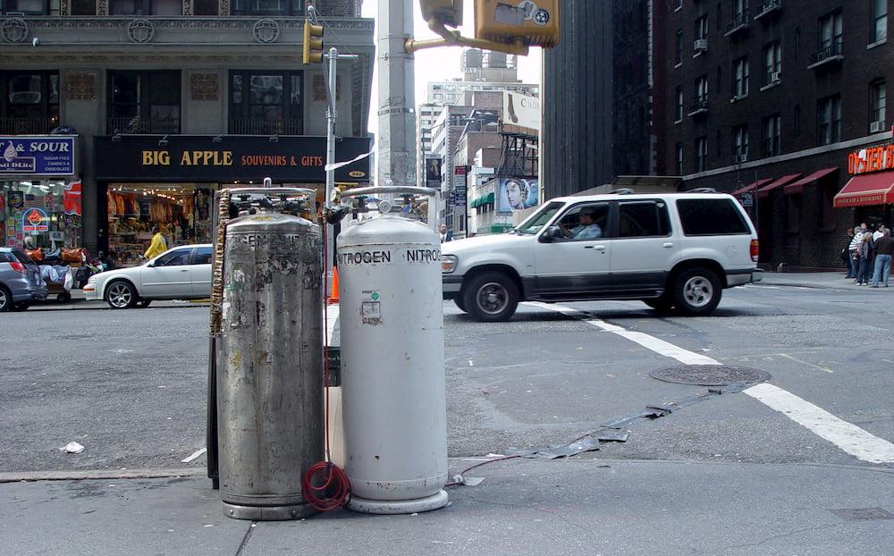 Dos bombonas de nitrógeno en una calle cualquiera de NY (CC) Alvy