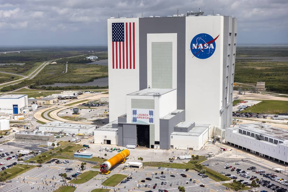 El núcleo central camino del Edificio de Ensamblado de Vehículos (VAB) – NASA