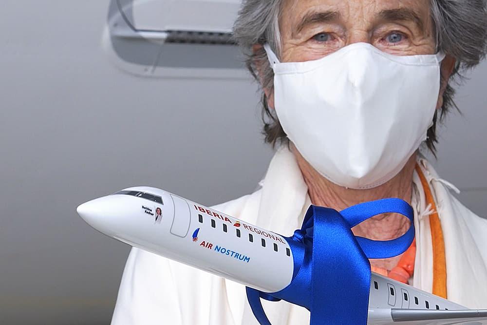 Bettina Kadner con una maqueta del avión que lleva su nombre – Air Nostrum