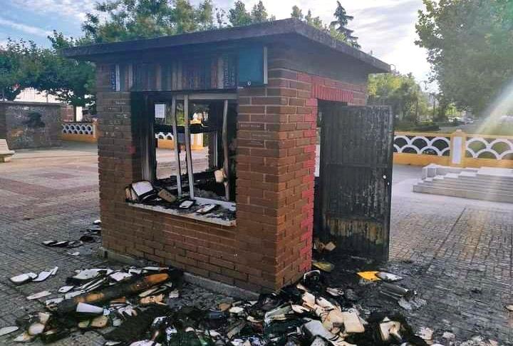 La bibliocaseta de Ciudad Rodrigo tras ser incendiada – Sopa de yegua
