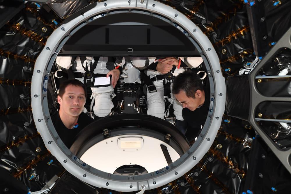 Thomas Pesquet y Aki Hoside a punto de cerrar la escotilla de la Endeavour – Thomas Pesquet/ESA