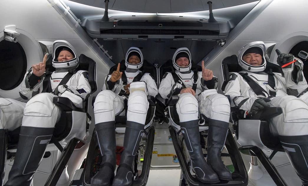 La tripulación tras ser izaba la Resilience al barco de rescate – NASA