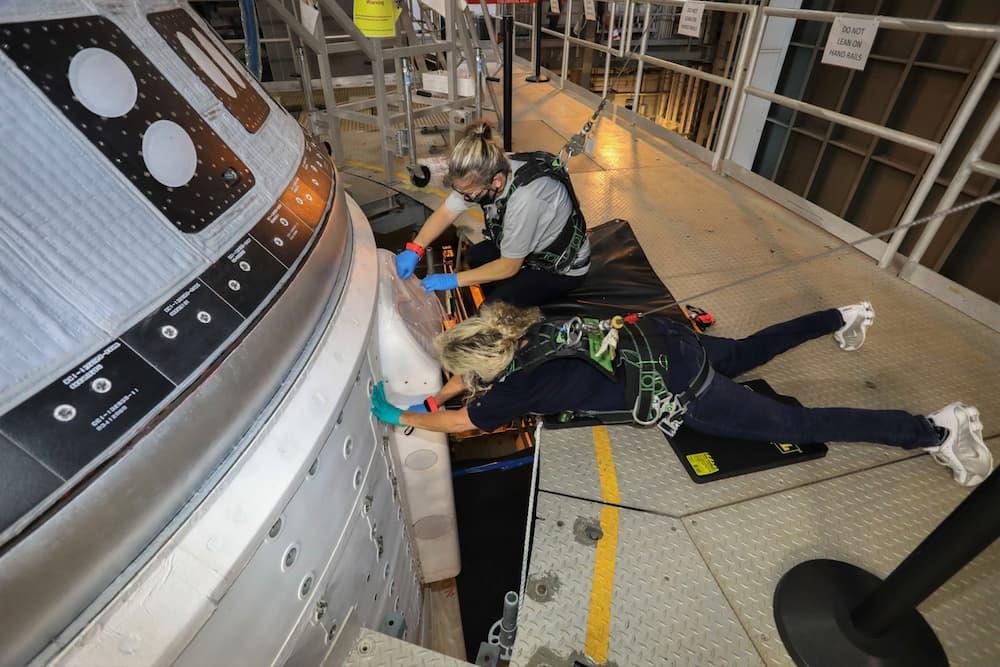 Personal de Boeing trabajando en las válvulas rebeldes – Boeing