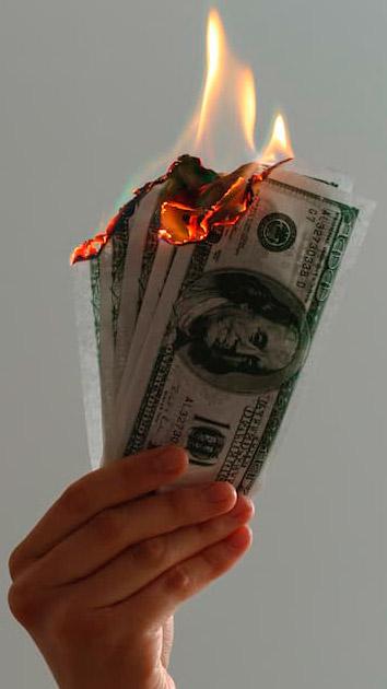 Dólares ardiendo – Jp Valery en Unsplash