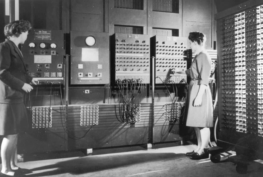 Betty Jennings y Frances Bilas, dos de las programadoras originales del ENIAC – U.S. Army