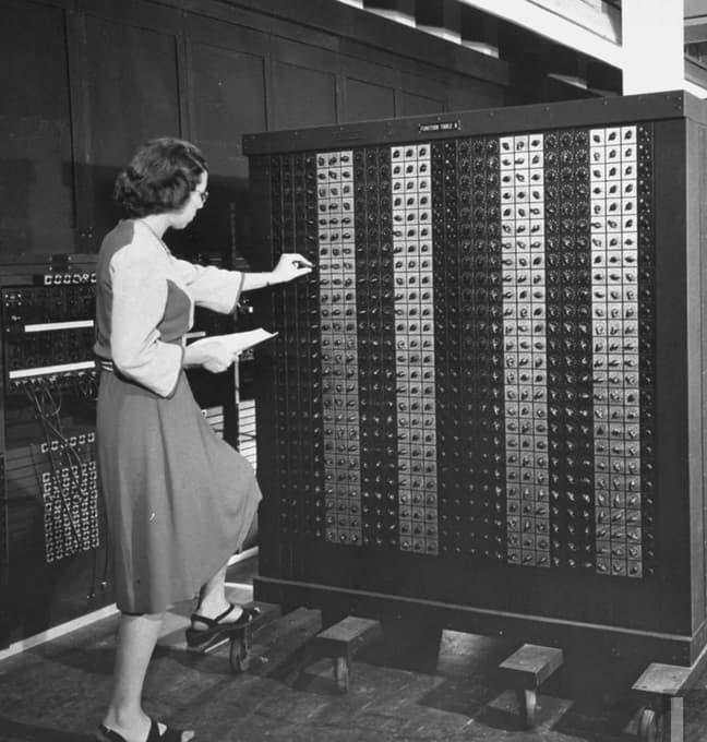 Elizabeth «Betty» Snyder programando el ENIAC – U.S. Army