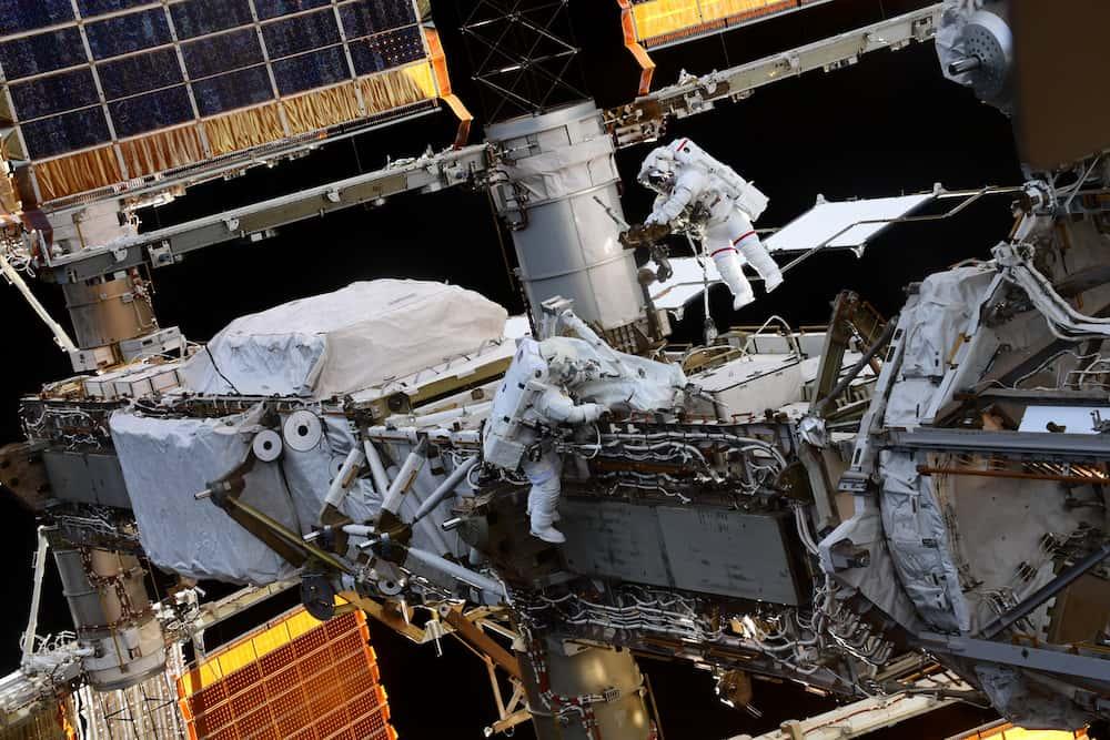 Hoshide y Pesquet durante el paseo espacial – Thomas Pesquet/ESA