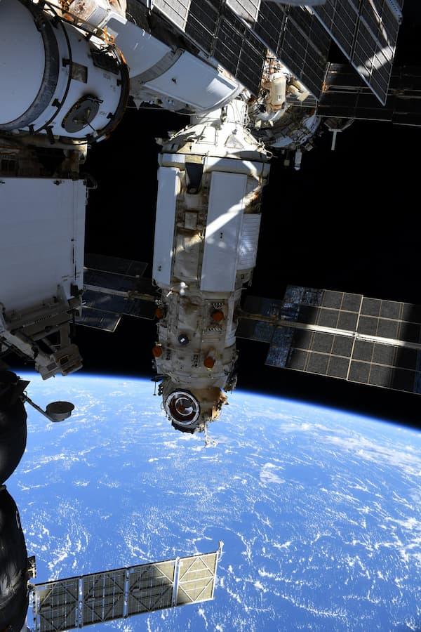 Novitskyi y los pies de Dubrov durante el paseo espacial – Thomas Pesquet/ESA