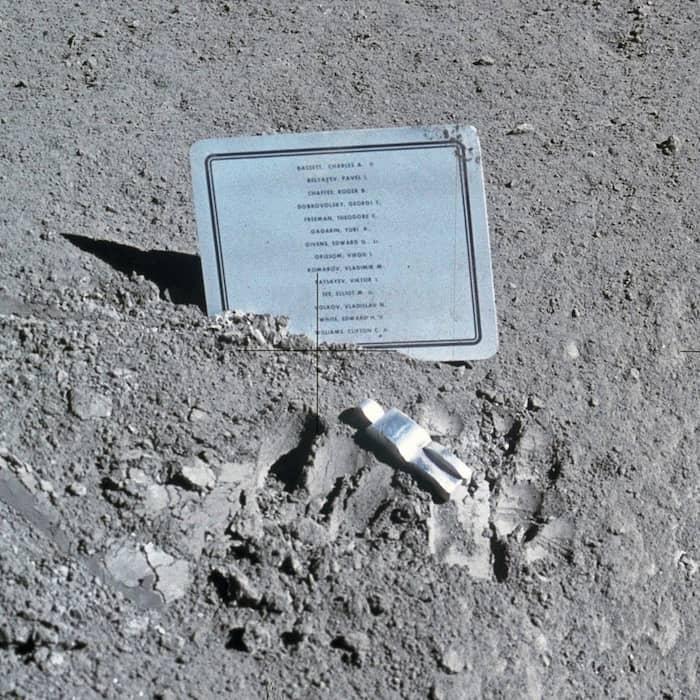 El astronauta caído sobre la superficie de la Luna