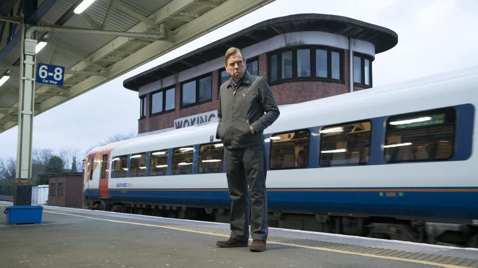 Ed preguntándose cosas en The Commuter