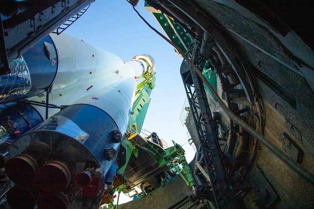 El cohete en la plataforma visto desde el foso – GK Launch Services