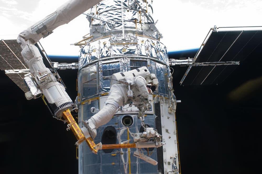 Andrew Feustel en el primer paseo espacial de la última misión de mantenimiento del Hubble – NASA