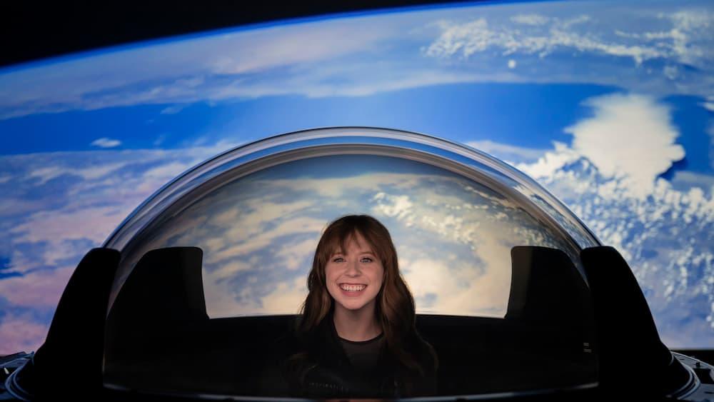Hayley Arceneaux en la cúpula de la Resilience – Inspiration4/SpaceX