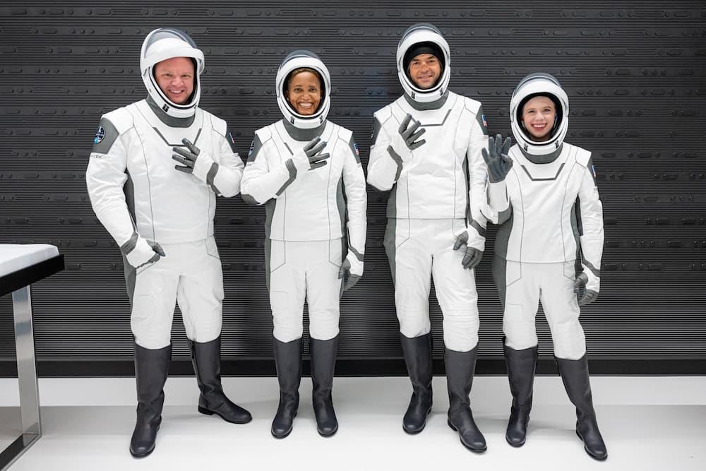 De izquierda a derecha Charles Sembroski, Sian Proctor, Jared Isaacman y Hayley Arceneaux – Inspiration4