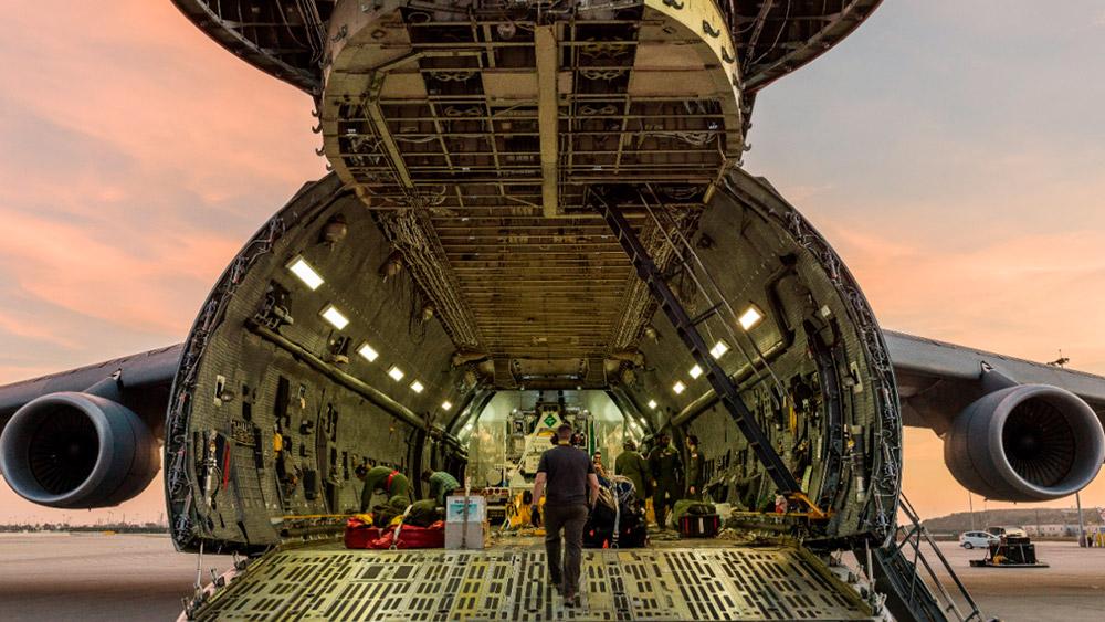 La parte óptica del JWST a su llegada al aeropuerto de Los Ángeles a bordo de un C-5 Galaxy