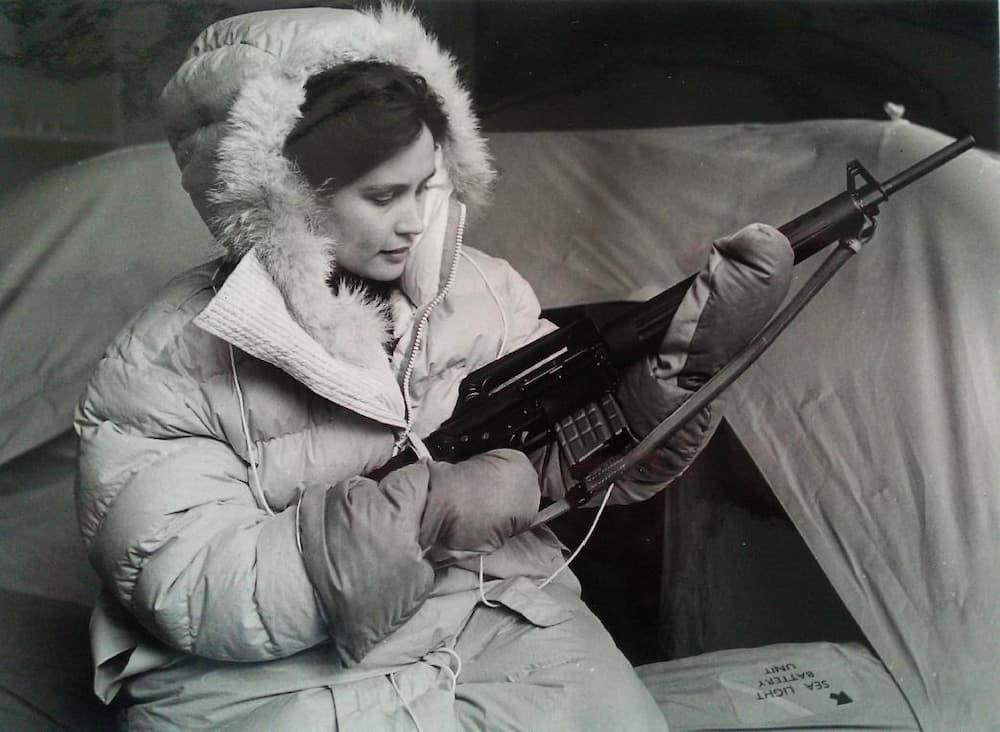 Una azafata con el AR-10 en las manos – KLM