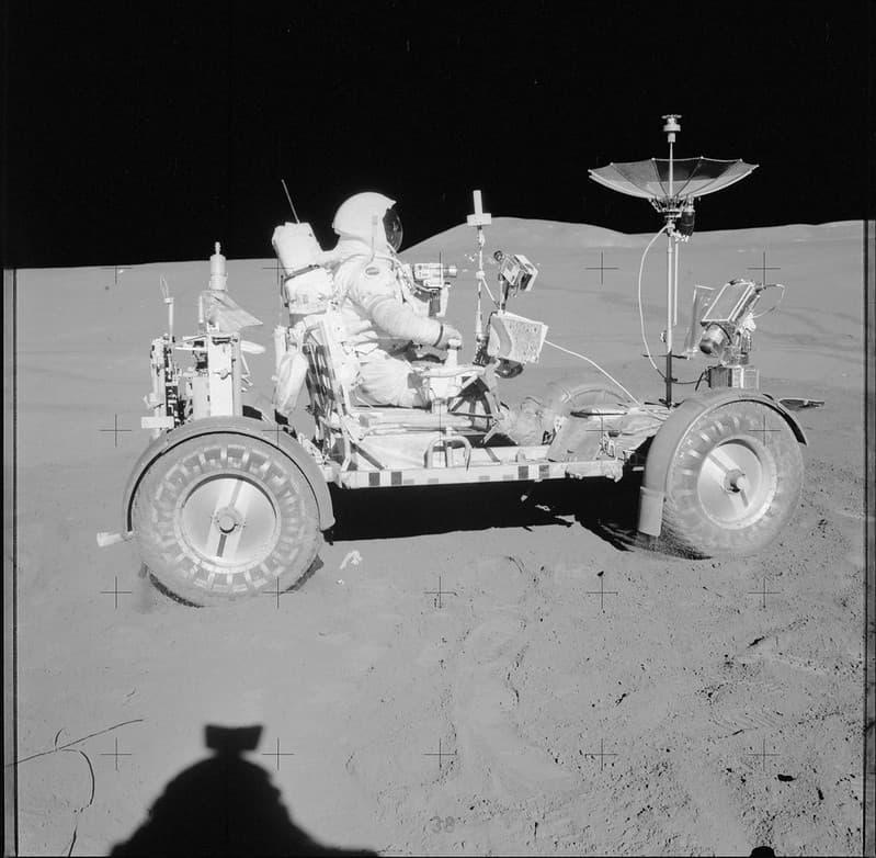 David R. Scott, comandante de la misión, sentado en el LRV del Apolo 15 – NASA