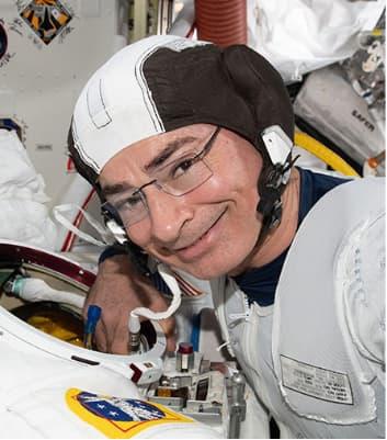 Mark Vande Hei durante la preparación del paseo espacial – NASA