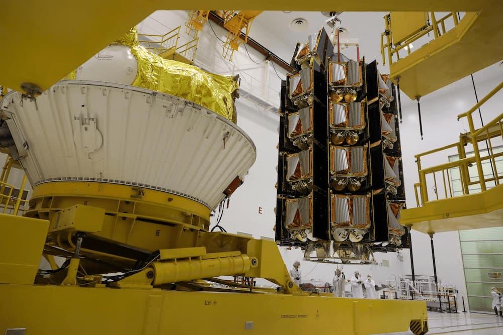 Los 34 satélites en su dispensador – Roscosmos