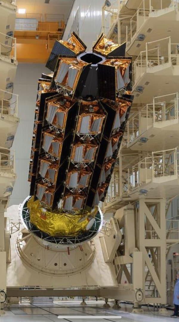 Los 36 satélites antes de su encapsulado – OneWeb