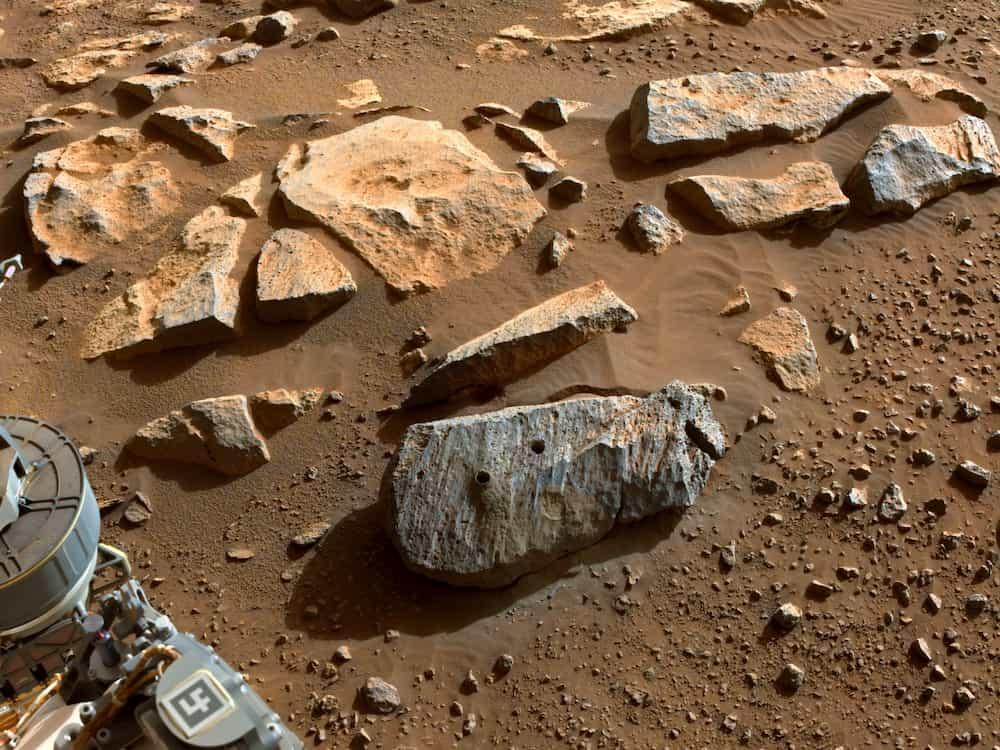 Los agujeros dejados por las dos primeras tomas de muestras con éxito de Perseverance – NASA/JPL-Caltech/ASU