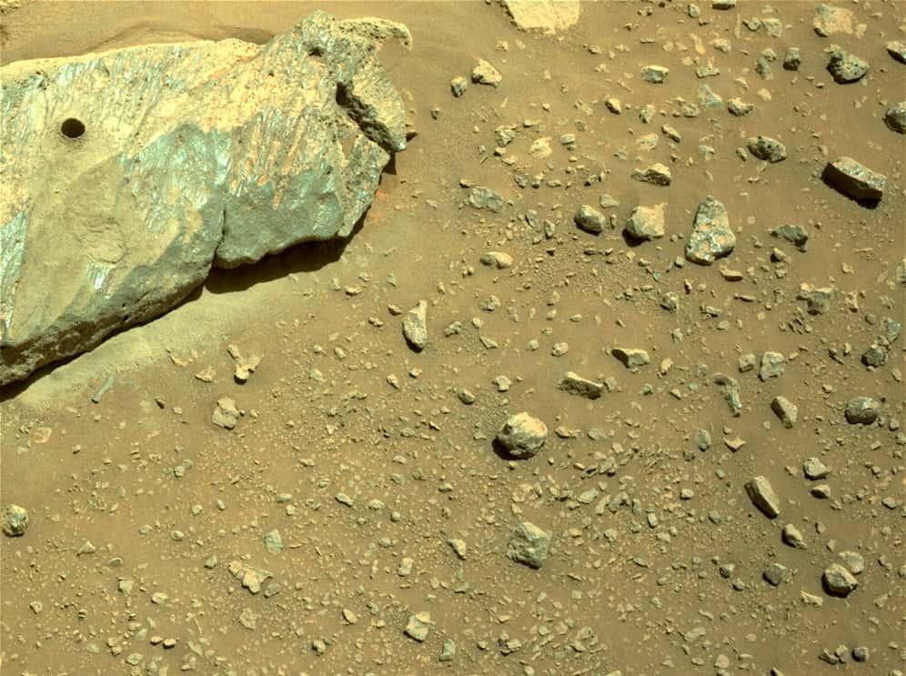 El agujero del que ha salido esta primera muestra – NASA/JPL-Caltech/ASU
