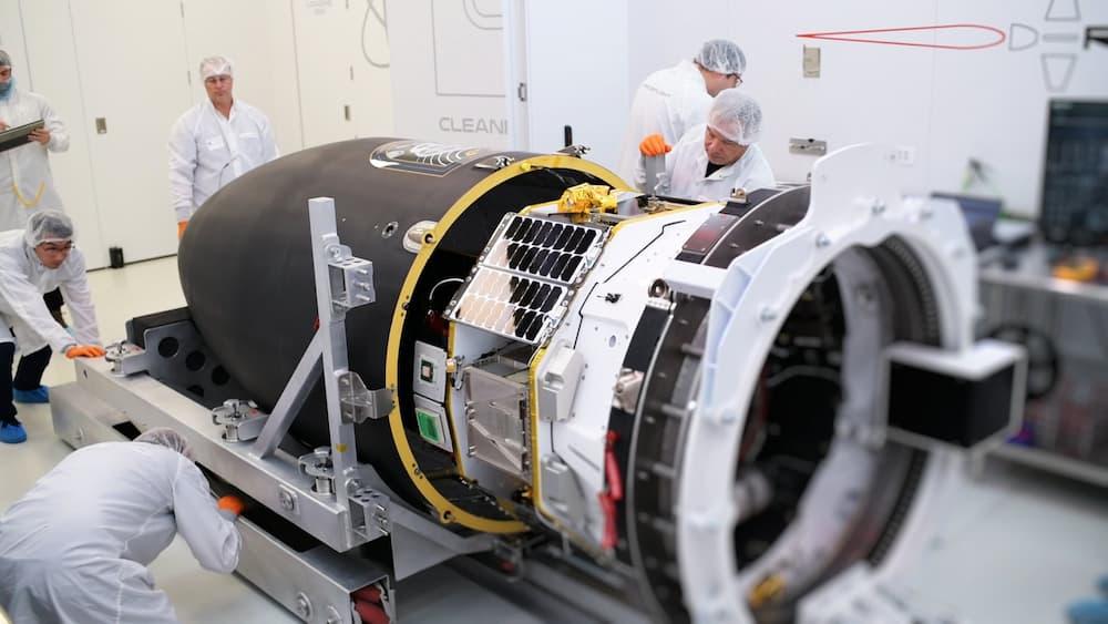 Photon con unas personas para ver mejor su tamaño – Rocket Lab