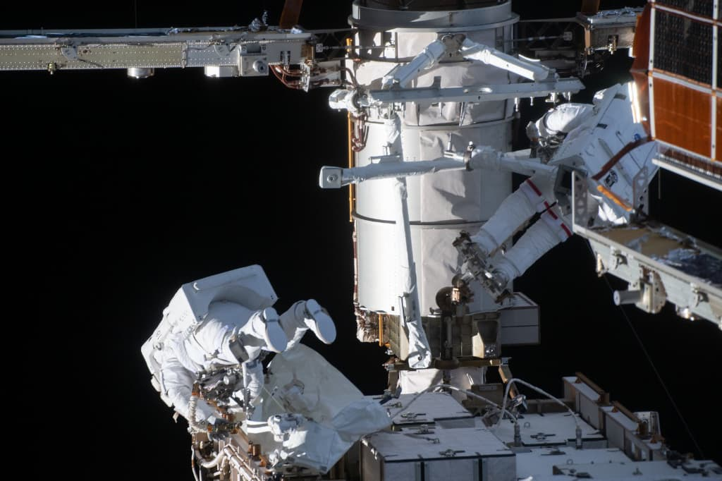 Rubins y Glover durante su paseo espacial – NASA