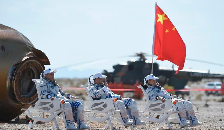 Nie Haisheng (centro), Liu Boming (derecha) y Tang Hongbo - Xinhua News