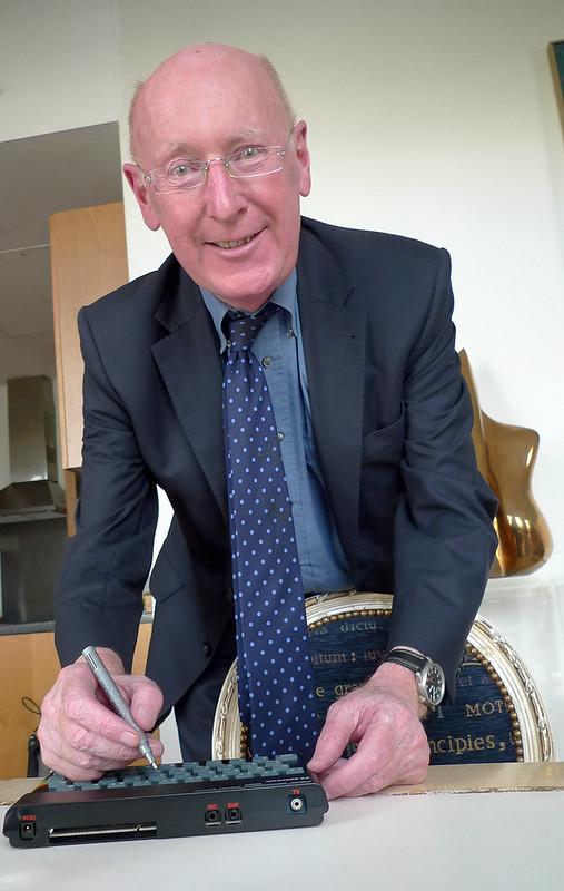 Sir Clive Sinclair firmando un Spectrum en Bletchley Park (CC) Christian Payne
