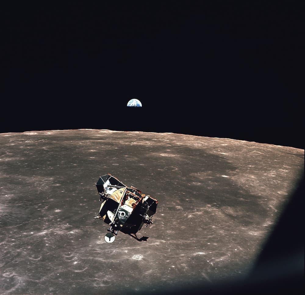 El Eagle y la Tierra visto desde el Columbia – NASA